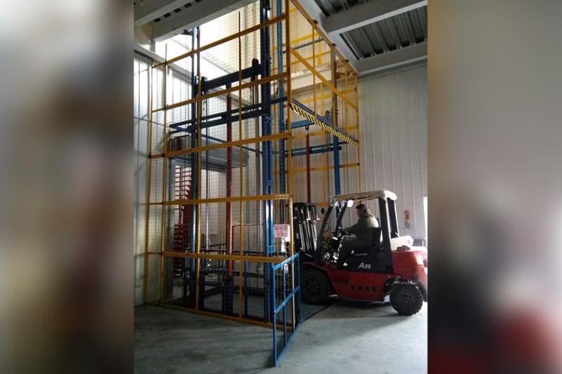 剪叉式平台货梯